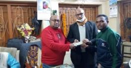 ভাঙ্গুড়ায় ৫০ হাজার টাকা অনুদান দিলেন মেয়র রাসেল