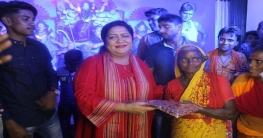 পাবনার হরিজন কলোনীতে 'অন্যরকম' দুর্গা উৎসবে সোহানী হোসেন